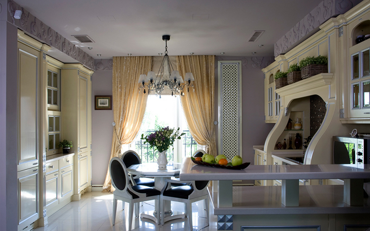 <p>Автор проекта: Доминанта</p> <p>Просторное помещение кухни-столовой оформлено в стиле современной классики и выдержано в изысканной цветовой гамме. Здесь тонко обыграны белые тона: <a href=http://www.360.ru/Catalog/kuhni/kukhonnye-garnitury/>кухонный гарнитур</a> молочного цвета, белоснежная столовая мебель, белый наливной пол. Эффектным фоном для белой мебельной композиции стали стены бледно-сиреневого цвета.</p>