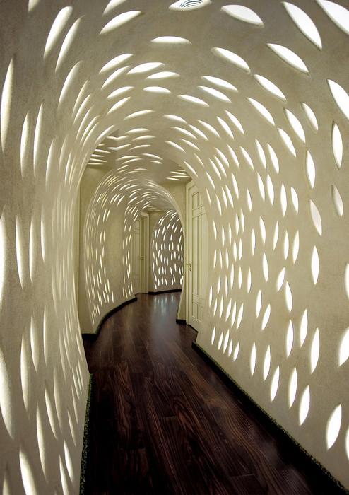 <p>Автор проекта: Сергей Эстрин.</p> <p>Узкий коридор, проложенный по дуге, а не по классической прямой, выглядит очень эффектно. Еще больше шарму&nbsp; придает ему неожиданная подсветка. Все вместе превращает этот длинный и узкий элемент интерьера в настоящий арт-объект! Такой коридор способны оценить натуры исключительно высокохудожественные.</p>