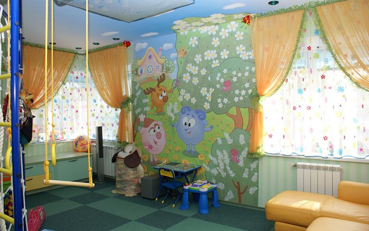<p>Автор проекта: Архитектурная студия &quot;Чехова и Компания&quot;&nbsp;</p> <p>Чтобы создать в комнате ребенка веселый игровой интерьер, декораторы часто прибегают к помощи ярких настенных росписей в духе детских мультиков.</p>