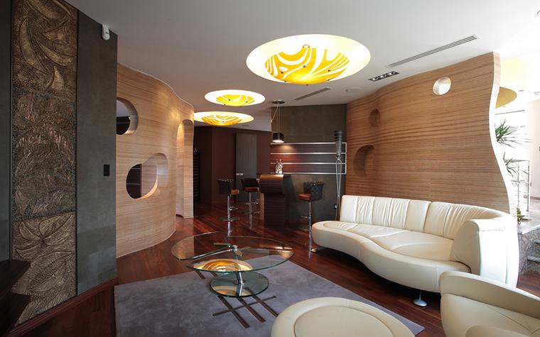 <p>Автор проекта: студия дизайна интерьеров Orni. Фотограф: Зинон Разутдинов.</p> <p>Форма и цвет осветительных приборов должны гармонично сочетаться с колоритом и&nbsp; геометрией архитектуры и дизайна. </p>