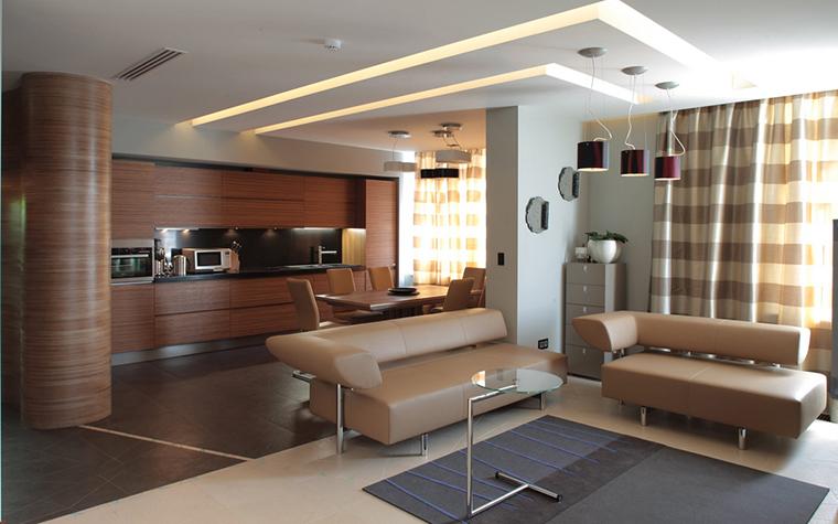 <p>Автор проекта:  студия дизайна интерьеров Orni. Фотограф: Зинон Разутдинов.&nbsp;</p> <p>Здесь кухонную зону отделяют от гостиной диванная группа и часть стены, специально оставленная для этого. Такой прием тоже возможен. </p>