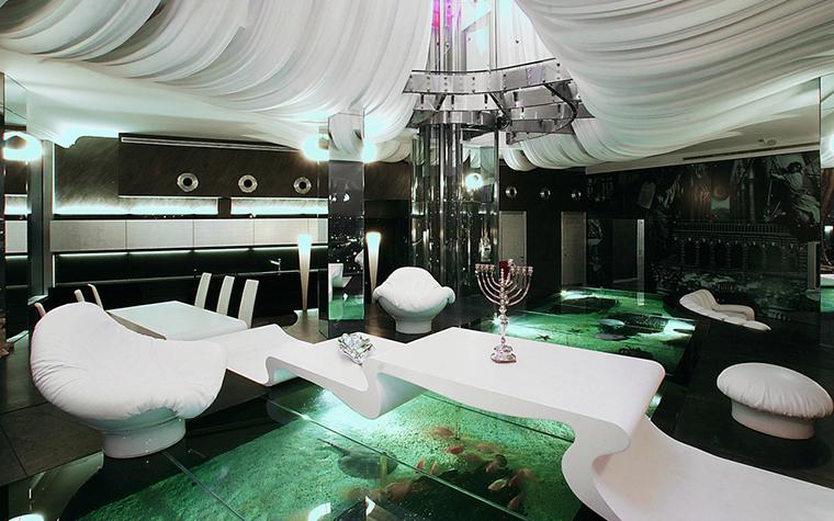 <p>Автор: Сергей Эстрин</p> <p>Сложносочиненный потолок, обилие волнообразных кривых, плюс - изумрудно- зеленый цвет, плюс - огромный аквариум, превращают эту гостиную в какое-то подводное царство.</p>