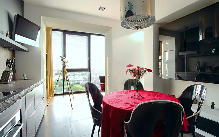 <p>Автор проекта: Елена и Сергей Тимченко</p> <p>Сталь, стекло, пластик, наливные полы и перспектива балкона с верхним видом - все&nbsp; очень хорошо.Единообразие разбавляет алый акцент скатерти на круглом столе. </p>