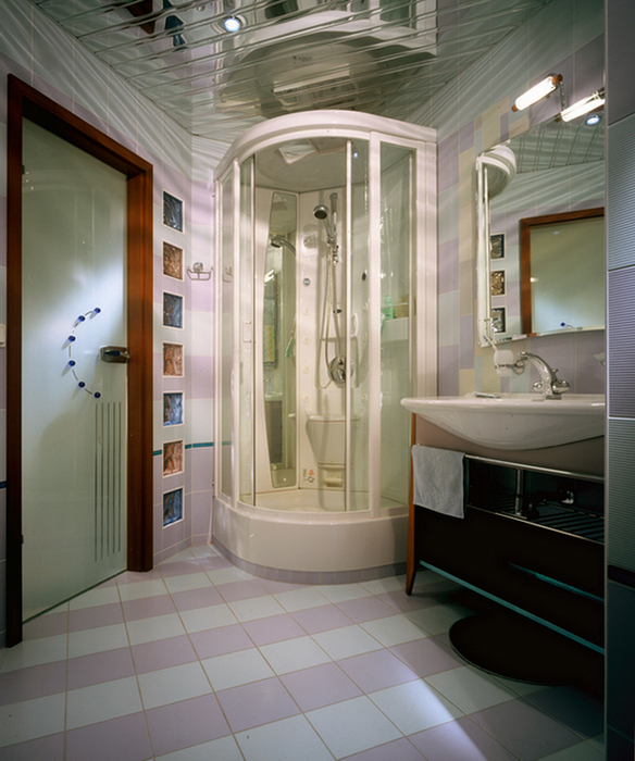<p>Автор проекта: Валерий Крауклит.</p> <p>Немного шутливого поп-арта не повредит дизайну душевой комнаты. Розовое, белое, голубое выглядит здесь вовсе не сентиментально, а очень стильно.</p>