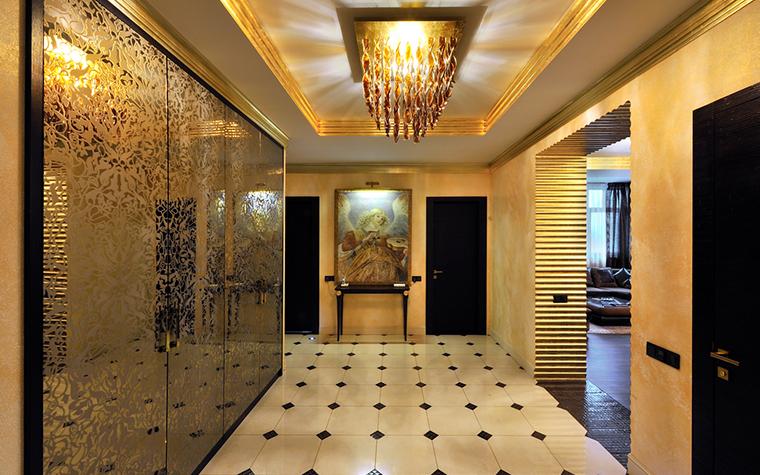<p>Автор проекта: Надежда Базазянц.</p> <p>Зеркала и зеркальные панно могут быть украшены  пескоструйным рисунком. Сложное матирование (нанесение флористического орнамента) делает зеркальные панели более роскошными и изящными.</p>