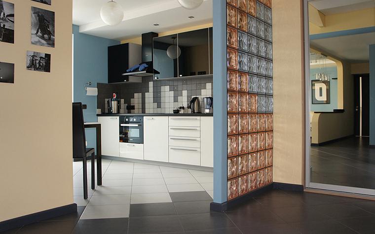 <p>Автор: Наталья Пай</p> <p>Авторы проекта использовали&nbsp; функциональные и декоративные свойства стеклоблоков. Небольшая перегородка, отделяющая кухню от холла, выложена из цветных стеклоблоков. Сочетание сине-серых и терракотовых цветов поддерживает основную колористическую гамму интерьера.</p>
