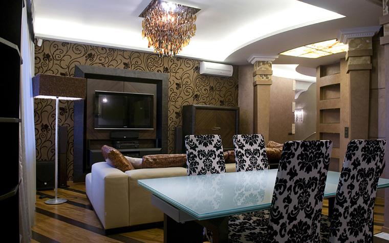 Фото люстр в интерьере гостиной