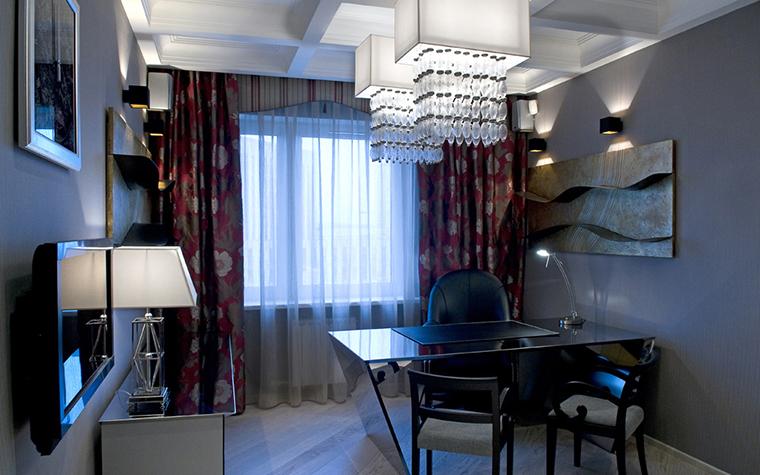 <p>Автор проекта: L PROJECT</p> <p>Интерьер рабочего кабинета выдержан в современном стиле, но с элементами классики и ар-деко.&nbsp; Большое значение в композиции играют оригинальные светильники, которые тут собраны в большом количестве.&nbsp; Это парные потолочные светильники, консольные лампы, а также настенные бра, которые подсвечивают картины и арт-объекты.</p>