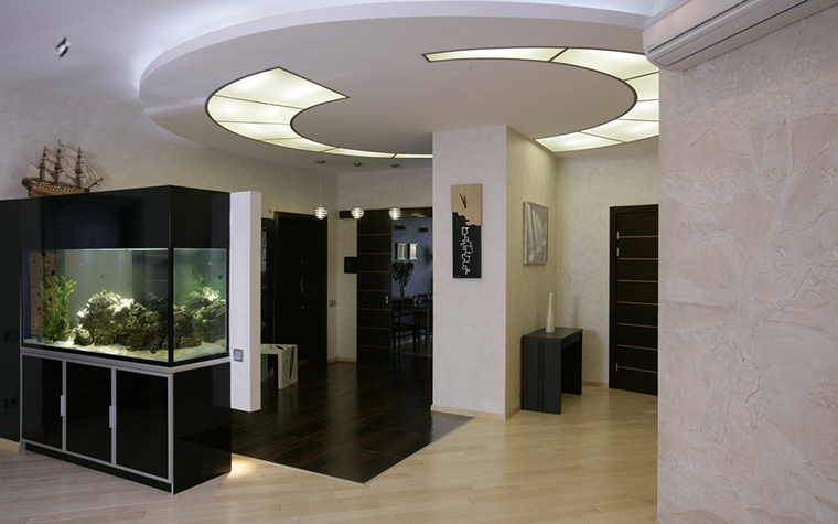 <p>Автор проекта: Ольга Новицкая</p> <p>Закарнизный свет навесного потолка - главный источник света. К нему прибавлены всевозможные подсветки, даже лампа, освещающая большой аквариум с рыбками.</p>