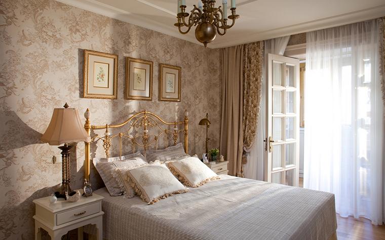 <p>Автор: Варвара Шабельникова.  Фотограф: Кирилл Овчинников</p> <p>Спальня, оформленная в стиле современной классики и в бело-золотой гамме, имеет выход на лоджию-балкон. Окна и балконная дверь, продолжая стилистику, имеют характерную классическую расстекловку. </p>