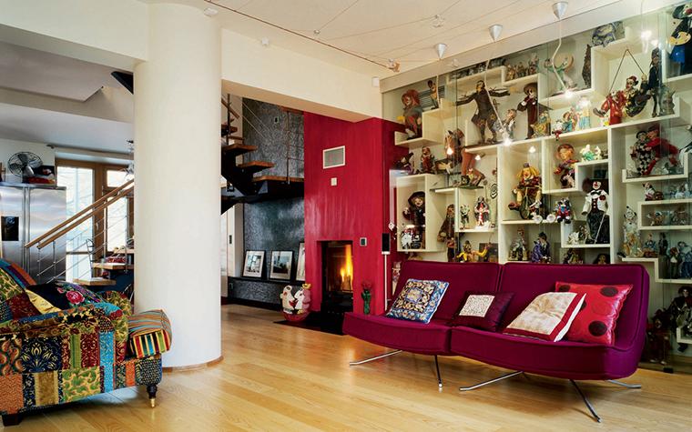 <p>Автор проекта: архитектурное бюро &laquo;Сретенка&raquo;. Фотограф: Алексей Князев.</p> <p>Отличная идея, разместить на полках стеллажа любимую коллекцию хозяина. Например, коллекцию авторских кукол. Но тогда и стеллаж должен быть индивидуальным и авторским.</p>
