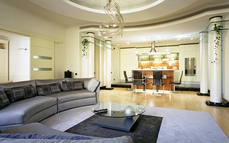 <p>Автор проекта: Архитектурное бюро «Сретенка». Фотограф: Алексей Князев</p> <p>Простые белые колонны в данном случае, сочтены с полукружиями и овалами стен, потолков, диванов. </p>