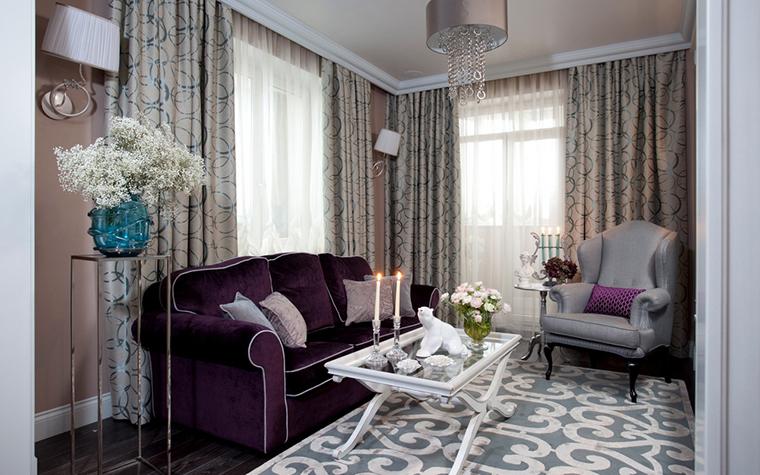 <p>Автор проекта: Марина Поклонцева. Фотограф: Евгений Кулибаба.</p> <p>Уютная гостиная декорирована большим количеством текстиля - от орнаментального ковра на полу, до драпировок на окнах. А в качестве аксессуаров - ваза из синего стекла и белый фарфоровый медведь. Особенно хорошо он смотрится на стеклянной столешнице <a href=http://www.360.ru/Catalog/mebel/stoly/zhurnalnye-stoliki/steklannie-jyrnal_nie-stoliki-/>журнального столика</a>, как будто на льдине.</p>