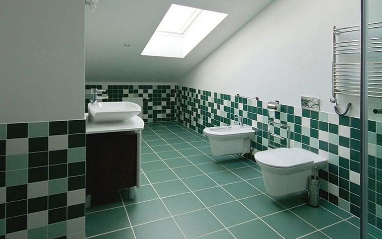 <p>Автор проекта: Наталия Митина</p> <p>Ванная комната в мансардном этаже облицована керамической плиткой в зеленых тонах. На полу - крупная плитка цвета морской волны, а нижняя часть стен украшена пестрым бордюром из плитки 3 цветов: темного малахита, светлой бирюзы и белого. </p>
