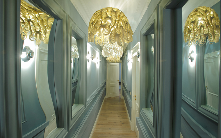 <p>Автор проекта: Ларионова Елена</p> <p>Современное барокко этих светильников поддерживают такие же настенные бра. </p>