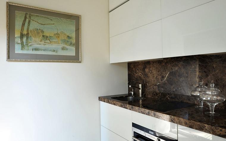 <p>Автор проекта:  студия Art Deco.&nbsp;</p> <p>Если вы все-таки решили повесить в интерьере кухни акварель, не забудьте поместить ее под стекло, что не позволит влаге деформировать бумагу. Главное, акварель не должна находится под прямыми лучами солнца.</p>