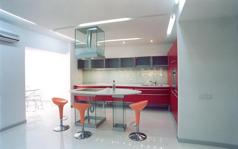 <p>Автор проекта: архитектурная мастерская Сергея и Елены Тимченко.</p> <p>Немного красного не повредит любой кухонной зоне. Хотя бы для возбуждения аппетита. Если, конечно, вы не на диете. </p>
