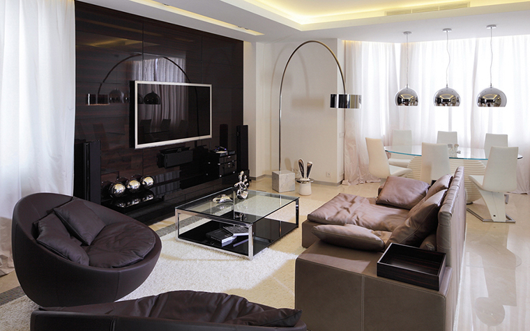 <p>Автор: студия дизайна Geometrix.   Фотограф: Зинон Разутдинов</p> <p>Интерьер московской квартиры решен в современном стиле и в модной черно-белой гамме. Просторная эркерная гостиная зонирована с помощью мебели и света. В световом эркере организована столовая зона, подчеркнутая серией светильников, расположенных над <a href=http://www.360.ru/catalog/kuhni/mebel-dlya-kuhni/kukhonnye-stoly/kyhonnie-stoli-kryglie-i-oval_nie/>овальным столом</a>.</p>