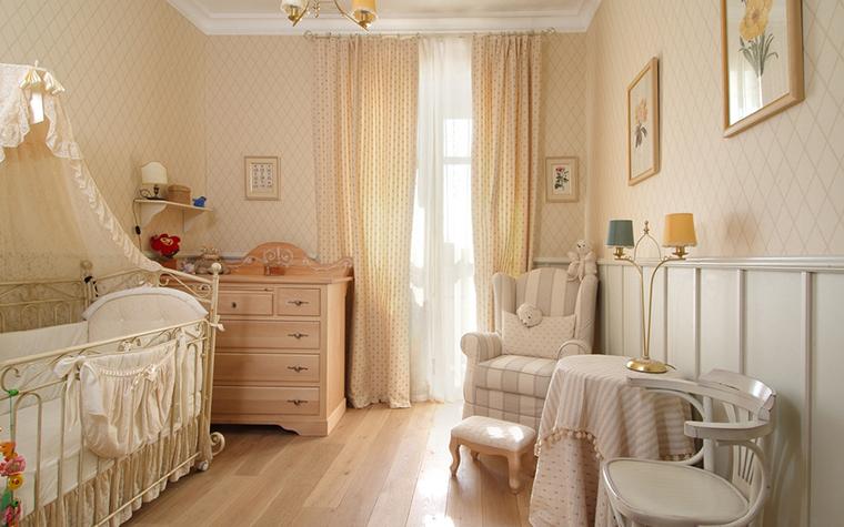 <p>Автор проекта: Анна Павлова</p> <p>Интерьер комнаты для новорожденного оформлен в классическом стиле и мягкой бледно-персиковой гамме. </p>