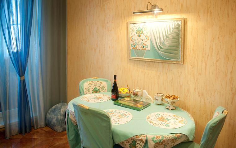 <p>Автор проекта: дизайн студия интерьеров Loka-ok.&nbsp;</p> <p>Здесь произведением искусства является не только сама картина, но и обеденный стол, скатерти, салфетки, стулья с чехлами, с повторяющимися мотивами.</p>