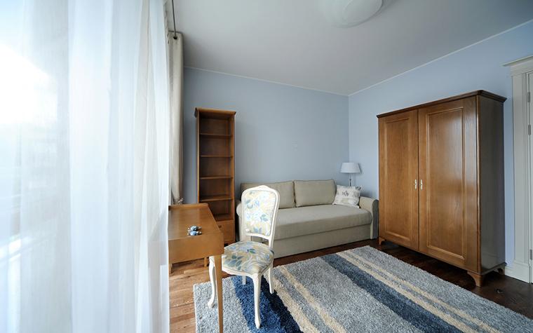 <p>Автор проекта: Виктория Art Deco</p> <p>Просторный кабинет наполнен светом, воздухом и ассоциациями с югом Франции. Белые стены и шторы из светлой органзы, деревянная мебель цвета ореха, изящный стул, обитый цветочным хлопком, ковер с морской расцветкой - здесь органично соединились классика, 1960-е и легкий прованс.</p>