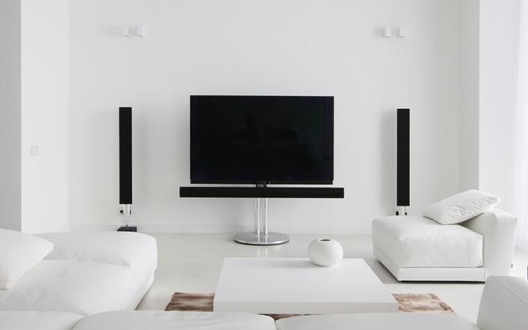 <p>Автор проекта: Борис Уборевич-Боровский&nbsp;</p> <p>Отличная идея нарушить тотальную белизну гостиной черной геометрией видеотехники.&nbsp; Симметричная композиция домашнего кинотеатра выглядит в белом пространстве&nbsp; эффектно и авангардно!</p>