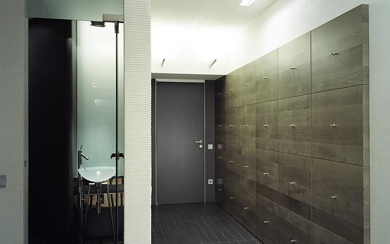 <p>Автор проекта: Павел Абрамов, Ардепо</p> <p>Цвет входной двери зарифмован с керамической плиткой пола модного графитового тона.</p>