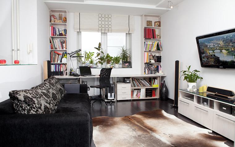 <p>Автор проекта: PEGASOVA design</p> <p>Авторы проекта организовали в гостиной удобные зоны для отдыха и работы. Большой диван располагает к хорошему телепросмотру, &nbsp;а встроенные столешница и книжные полки, организованные вокруг окна, приглашают заняться интеллектуальным делом.&nbsp;</p>