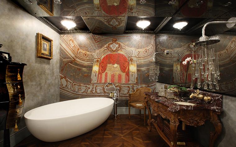 <p>Автор проекта: Алла Шумейко. Фотограф: Михаил Степанов.</p> <p>Этническая роскошь, отдающая Индией - для тех, кто просто обожает водные процедуры! Здесь много резной деревянной мебели. Есть даже живопись.</p>