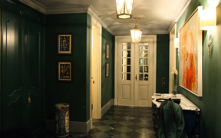 <p>Автор проекта: Алла Шумейко<br /> Фотограф: Михаил Степанов</p> <p>Главный герой этого светового сценария -&nbsp; шестигранный фонарь, подвешенный под потолком.</p>