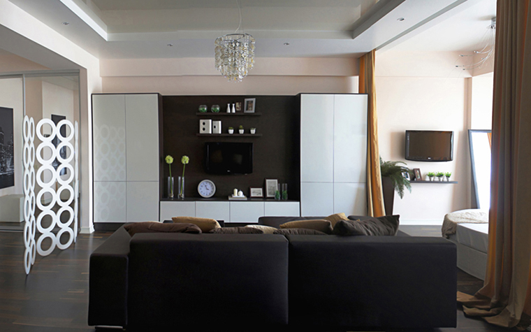 <p>Автор проекта: дизайн-студия IvEllen.</p> <p>При установке натяжного потолка помещение и само полотно прогреваются до температуры 45-60 градусов. Так полотно становится более эластичным, а при остывании лучше натягивается.</p>