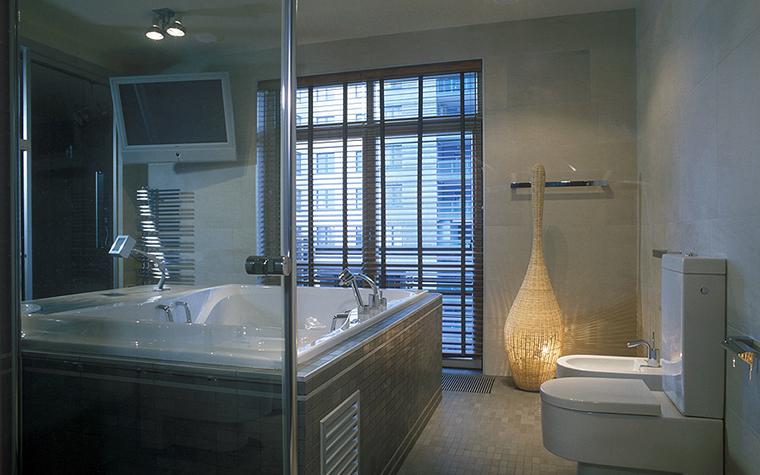 <p>Автор проекта:  Кочурова Жанна (архитектурное бюро &laquo;ДИА&raquo;).Фотограф:  Зинон Разутдинов.</p> <p>Большое &quot;окно в пол&quot; всегда улучшает дизайн ванной комнаты. В данном случае, необходимость использовать оконные жалюзи было очевидно. Из окна открывается вид на близко расположенное здание. </p>