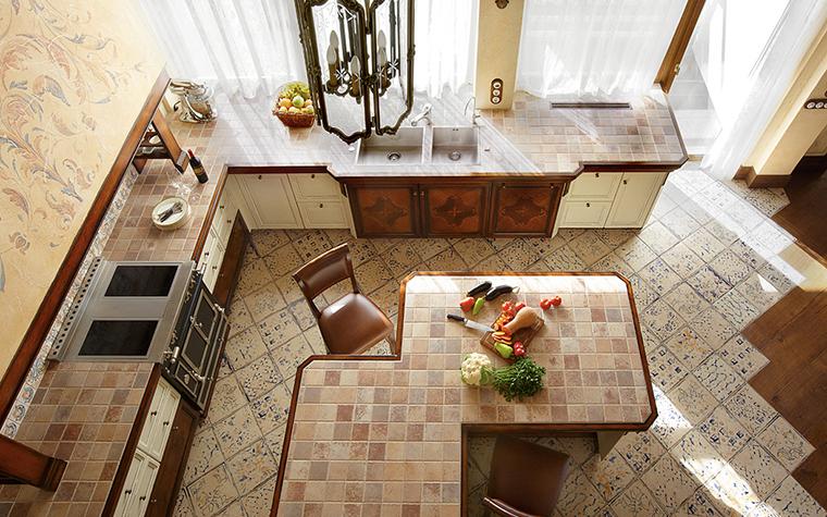 <p>Автор проекта: Леготина Наталья. Фотограф: Дмитрий Лившиц</p> <p>В кухонной зоне этого загородного дома плитка повсюду: на полу, на стенах, на рабочих плоскостях и обеденных столах. Композиция закольцована. </p>