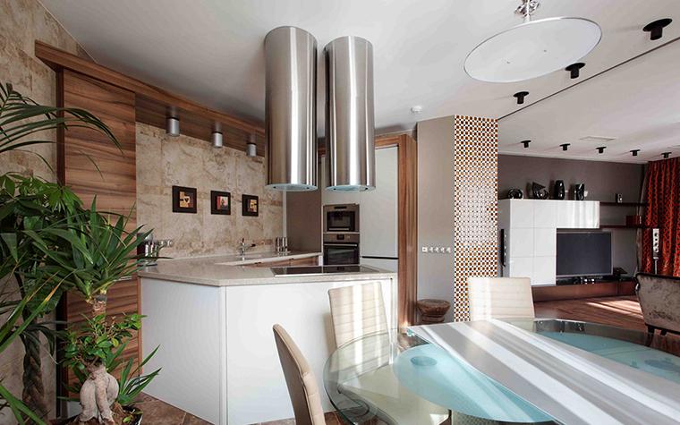 <p>Автор проекта:  архитектурно-строительная компания HANDSWEL.  Фотограф: Алексей Князев.</p> <p>Здесь зонирование происходит благодаря многоугольнику потолка и дизайнерской вытяжке.&nbsp;</p>