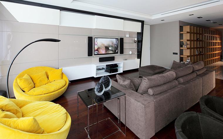 <p>Автор проекта: студия дизайна Geometrix. Фотограф: Зинон Разутдинов.</p> <p>В этом современном интерьере дизайнерские кресла, похожие на яичные желтки, выглядят постмодернистски иронично и весело. Желтый цвет - цвет озорной!</p>