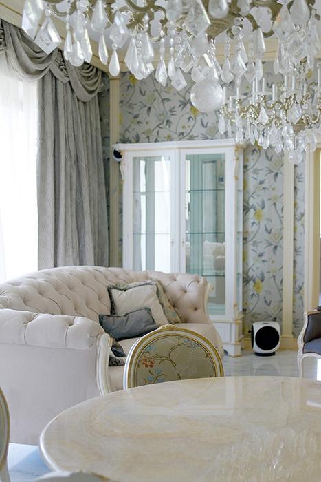 Дизайн интерьера зала с обоями
