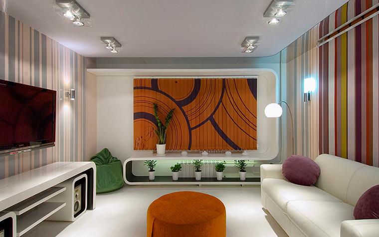 <p>Автор проекта: Варвара Зеленецкая, Дмитрий Макеров.&nbsp;</p> <p>Небольшая гостиная расцвечена с помощью ярких полосатых обоев, а&nbsp; центр помещения&nbsp; акцентирует&nbsp; фотопанно из оранжевых полукружий.&nbsp;</p>