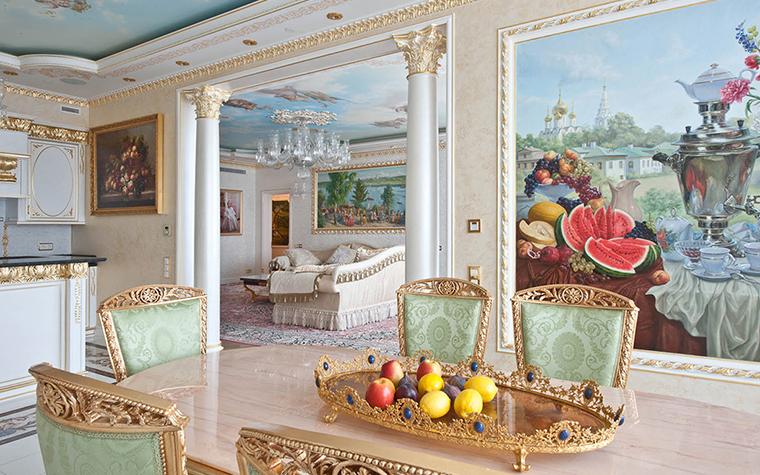 <p>Автор проекта: Ольга Слезкина</p> <p>Коринфские колонны в проходе двух комнат, гостиной и столовой, дополняются натюрмортами из живописной коллекции хозяев дома. </p>