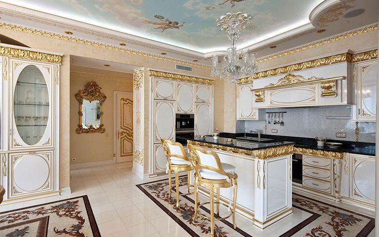 <p>Автор проекта: Ольга Слезкина</p> <p>Много золота в декоре кухонных панелей, &quot;античная&quot; мозаика пола и расписные &quot;небеса&quot; на потолке - все с привкусом Рима. Ну, в крайнем случае, Таормины.</p>