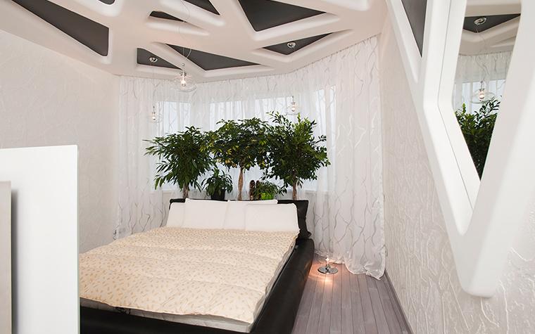 <p>Автор проекта:&nbsp; Наталья Фарносова. </p> <p>На фото комнатных цветов в интерьере изображена композиция из двух фикусов и шефлеры. Она смягчает чёткую геометрию линий&nbsp; в дизайне спальни.</p>