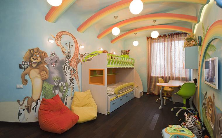 <p>Автор проекта: Наталья Фарносова.</p> <p>&quot;Африканский&quot; стиль этой детской с яркими пятнами красного, зеленого и оранжевого поддержан львами, жирафами и крокодилами, написанными прямо на стене. </p>