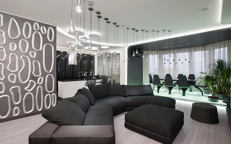 <p>Автор: Наталья Фарносова</p> <p>Открытая гостиная в московской квартире оформлена очень эффектно, с применением модных дизайнерских и декораторских новинок. В просторном эркере с панорамным застеклением была устроена столовая зона, которая выделена невысоким подиумом, оснащенным цветной подсветкой.&nbsp;</p>