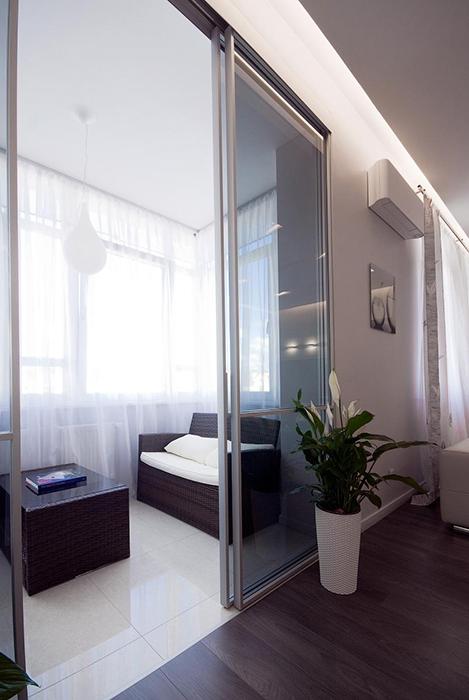 <p>Автор проекта: Владимир Мельниченко.&nbsp;</p> <p>Раздвижные стеклянные перегородки делают лоджию мобильной. Она становится то частью общего интерьера, то отдельной комнатой.</p>