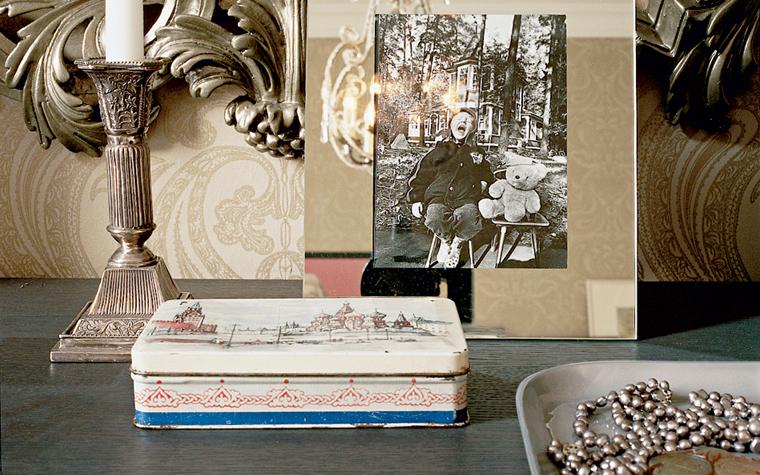 <p>Автор проекта: Цветков и Романова, творческая мастерская</p> <p>В этом натюрморте, собранном на туалетном столике, соединились любимые вещи хозяев: ампирный подсвечник, всем известный советский винтаж - коробка от леденцов и семейная фотография.&nbsp;</p>
