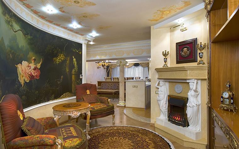 <p>Автор проекта: Ольга Слезкина&nbsp;</p> <p>Полукруглая стена классической гостиной украшена фрагментом знаменитой картины Жана Оноре Фрагонара &quot;Качели&quot;. </p>