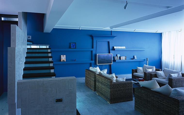<p>Автор проекта: архитектурное бюро &laquo;ДИА&raquo;.</p> <p>Плетёная мебель в интерьере &ndash; один из признаков морской тематики. В сочетании с доминирующим синим цветом она смотрится особенно выигрышно и эффектно.</p>