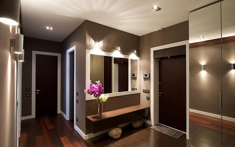 <p>Автор проекта: Денис Соколов SVOYA studio</p> <p>Основой декоративного решения прихожей стала модная темно-шоколадная гамма. &quot;Шоколадные стены&quot; дополнены белыми деталями, светильниками и зеркалами, которые расширяют пространство.&nbsp;</p>