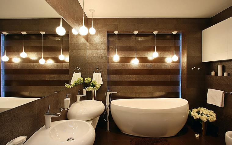 <p>Автор проекта: архитектурная мастерская SVOYA studio.</p> <p>Ванная комната оформлена в современном экостиле с использованием натуральных отделок, органических форм и в контрастной бело-коричневой гамме. Овальные ванна и раковины подсвечены с помощью серии оригинальных светильников-шаров. Авторы проекта постарались, чтобы вся эта красота удваивалась за счет широкого <a href=http://www.360.ru/Catalog/vannye/aksessuary-dlya-vannoj/zerkala-dlia-vannoi/>зеркала</a>.</p>