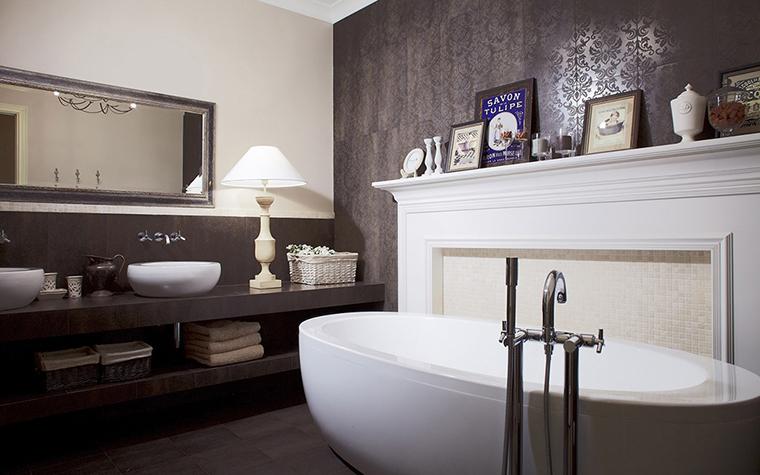 <p>Авторы проекта: бюро I.D. Interior Design. Фотограф Кирилл Овчинников.</p> <p>Интерьер ванной комнаты выдержан в стиле современной классики и в благородном монохроме. Но главное, что с помощью мебели, света, декора и аксессуаров авторы проекта добились полного впечатления, что это не ванная комната, а элегантная гостиная.</p>
