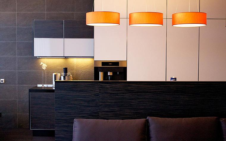 <p>Автор проекта: архитектурная мастерская SVOYA studio.</p> <p>Если над столом расположить светильники с регулируемой высотой, это позволит легко менять интенсивность освещения столовой зоны и создавать интересные световые композиции. </p>